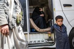 Yemen, gouvernorat de Saada, Haydan, mars 2018. Ayman (droite), 3 ans, avec son père Hamoud (gauche), 38, et sa mère Karima, 32 (centre). La famille attend d'être réferencée vers l'un des hôpitaux de Saada.