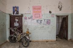 Yemen, gouvernorat de Saada, Haydan, mars 2018. En haut à gauche, le portrait de Saleh al-Samad, chef du Conseil politique suprême (Ansar Allah) à l'intérieur de l'école de Haydan, bombardée en 2016 par la coalition internationale dirigée par l'Arabie Saoudite et les Emirats arabes unis. Saleh al-Samad est mort dans un bombardement de la coalition le 19 avril 2018.