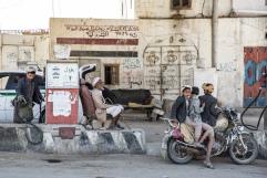 Yemen, gouvernorat d'Amran, Khamer, mars 2018. Des hommes font le plein d'essence dans l'une des stations service de Khamer.