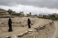 Yemen, gouvernorat de Saada, Haydan, mars 2018. Deux femmes marchent à proximité du cimetière de Haydan.